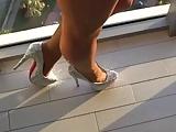 Tamia Sau im Urlaub-High Heels Pumps und Glanz Nylons